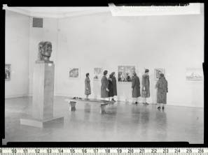 Women_viewing_gallery_Contemporary_Negro_Art_exhibition_The_Baltimore_Museum_of_Art_1939